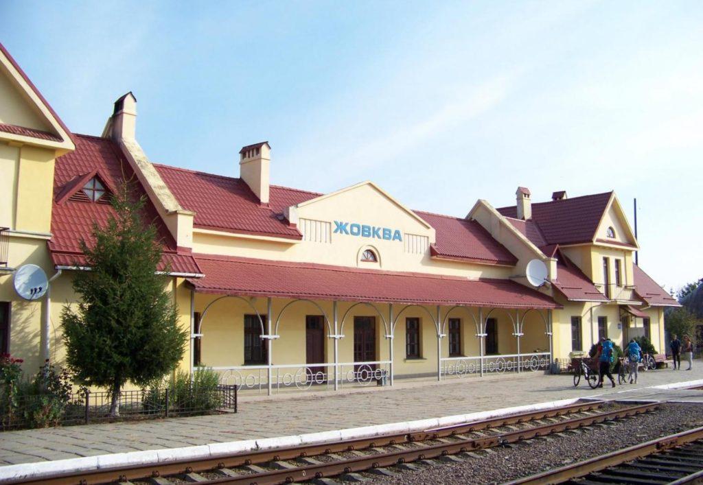 Железнодорожный вокзал в Жолкве